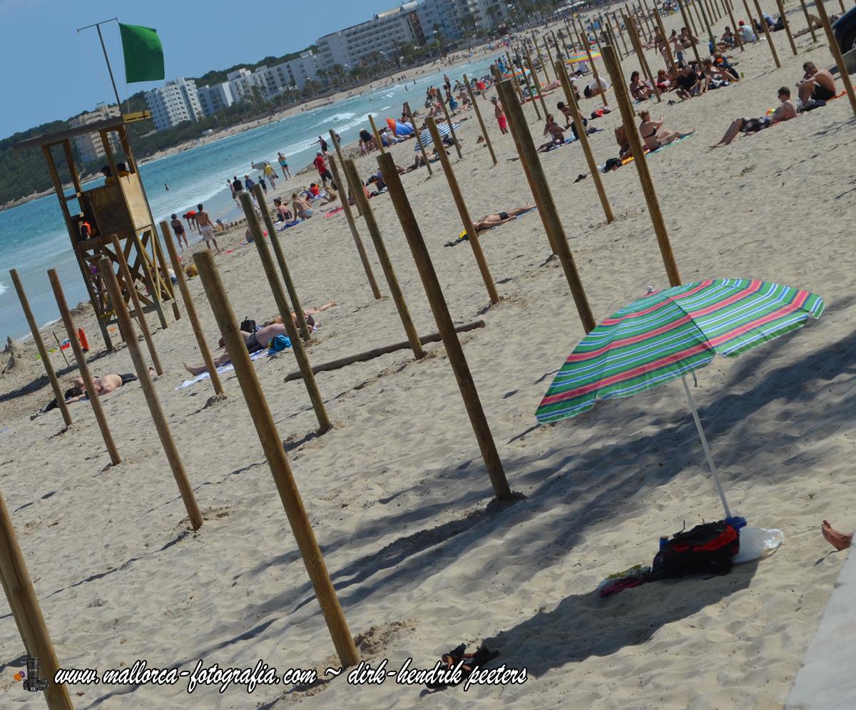 Sonnenschirme an der Playa de Cala Millor