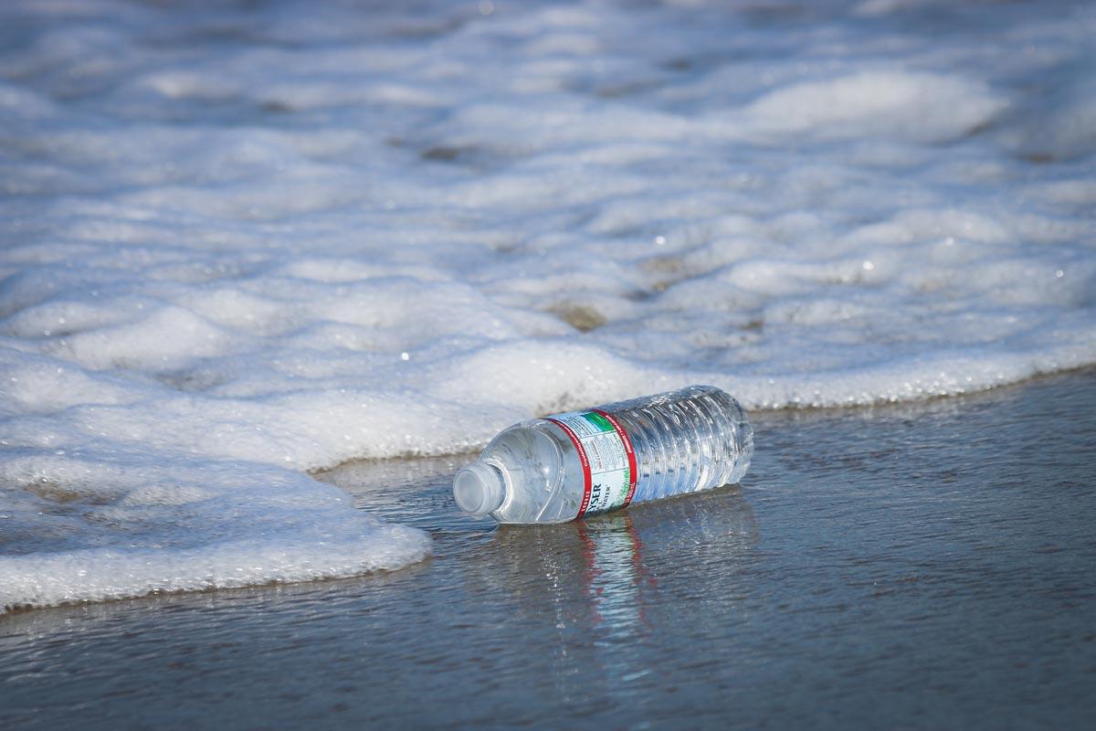 Plastikflaschen im Meer vor Mallorca