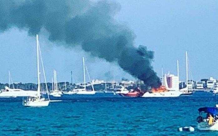 Brennende Yacht bei Es Trenc