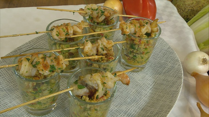 Garnelenspießchen auf Couscous-Salat